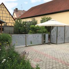 Hofeingang und Terrassensichtschutz:  Vorgarten von Edelstahl Atelier Crouse - Stainless Steel Atelier