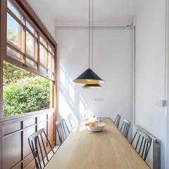 Reforma y renovación de una casa muy pequeña unifamiliar en Barcelona: Comedores de estilo  de AlbertBrito Arquitectura