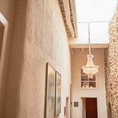 Pasillo distribuidor con luz natural: Hoteles de estilo  de Empordà Interiors