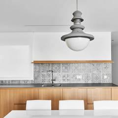 Reubicación : Cocinas integrales de estilo  de Luxiform Iluminación