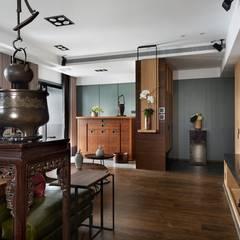 Pasillos y recibidores de estilo  por 宸域空間設計有限公司