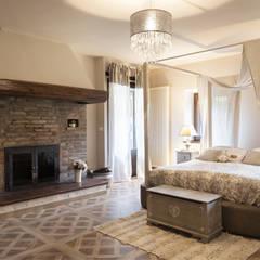 Il Mulino: Camera da letto in stile  di Biondi Architetti