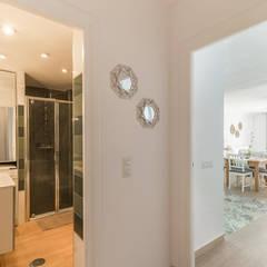 Koridor & Tangga Gaya Mediteran Oleh Home & Haus | Home Staging & Fotografía Mediteran