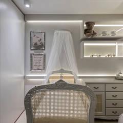 Phòng chăm bé by RENATA MACHADO E ANDRÉ MAGALHÃES - ARQUITETURA E DESIGN