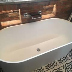Baños de estilo  por Doug Cleghorn Bathrooms