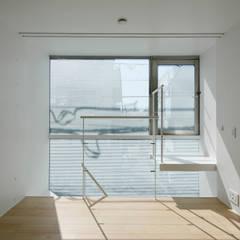 Seven Blocks: studio M architects / 有限会社 スタジオ エム 一級建築士事務所が手掛けた小さな寝室です。