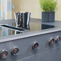 Kochfeld mit Dunstabzug nach unten:  Küchenzeile von Neue Räume GmbH