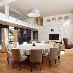 Parallel house - современный загородный дом: Столовые комнаты в . Автор – Роман Леонидов - Архитектурное бюро