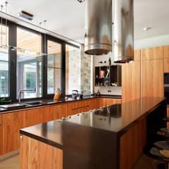 Parallel house - современный загородный дом: Встроенные кухни в . Автор – Роман Леонидов - Архитектурное бюро