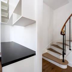 Bureau/Bibliothèque - Rueil Malmaison: Couloir et hall d'entrée de style  par Anne Lapointe Chila