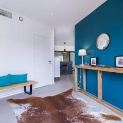 Villa Contemporaine: Couloir et hall d'entrée de style  par Pixiflat