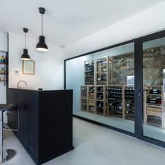 Villa Contemporaine: Cave à vin de style  par Pixiflat