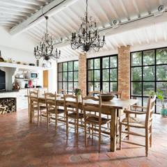 Villa Provençale: Salle à manger de style  par Pixiflat