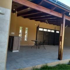 ducha exterior: Baños de estilo  por ECOS DE SOL (Ingeniería y Construcción)