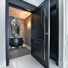 Front doors by TL arquitetura e interiores