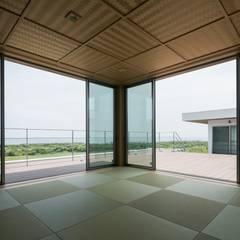 Media room by 株式会社横山浩介建築設計事務所