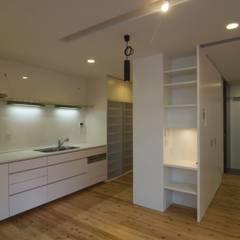 成長して行く子供がのびのび過ごせる戸建リノベーション: ティー・ケー・ワークショップ一級建築士事務所が手掛けたキッチン収納です。