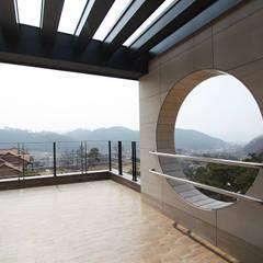 삶이 즐거워지는 철근콘크리트 주택 (경기도 양평군): 더존하우징의  베란다,모던