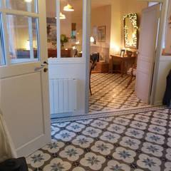 Réalisations en carreaux de ciment: Couloir et hall d'entrée de style  par Floorilege