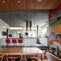 Oakland house - современный загородный дом: Столовые комнаты в . Автор – Роман Леонидов - Архитектурное бюро