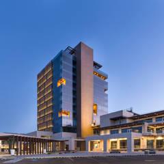 METROCENTRO Business Habitat : Restaurantes de estilo  por QR ARQUITECTURA Y DESARROLLOS