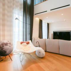 거실, 복층공간: 다빈710의  거실