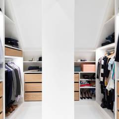 Haus Umbau und Umstrukturierung:  Ankleidezimmer von iD Architektur iD Studio