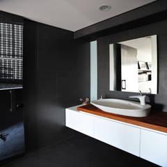 實木洗手台:  浴室 by 黃耀德建築師事務所  Adermark Design Studio