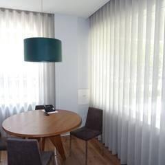 A pequena sala de reuniões: Escritórios  por Cássia Lignéa