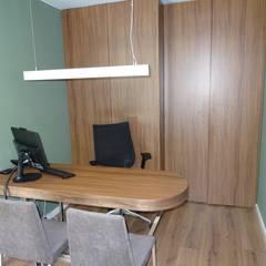 O local de trabalho: Escritórios  por Cássia Lignéa