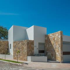 CASA CLAGUA: Casas de estilo  por LUIS GRACIA ARQUITECTURA + DISEÑO