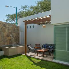 CASA CLAGUA: Jardines de estilo  por LUIS GRACIA ARQUITECTURA + DISEÑO