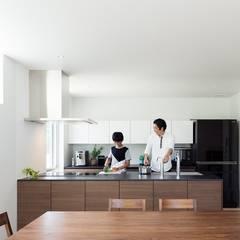 キッチン: e do design 一級建築士事務所が手掛けたシステムキッチンです。
