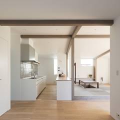 silver: e do design 一級建築士事務所が手掛けたキッチン収納です。