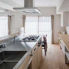 Weave: e do design 一級建築士事務所が手掛けたキッチン収納です。