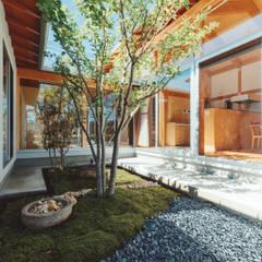 倉のある家: 稲山貴則 建築設計事務所が手掛けた枯山水です。