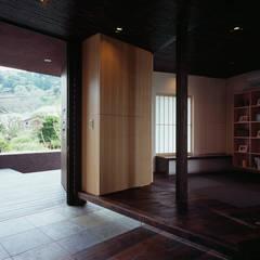 Corredores e halls de entrada  por 松岡淳建築設計事務所