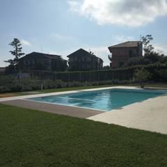 Piscina elegante con un design ultra moderno: Giardino con piscina in stile  di SICILY POOL SRL