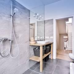 Renovación y ampliación de una casa unifamiliar en Bruselas: Baños de estilo  de Isabel Gomez Interiors