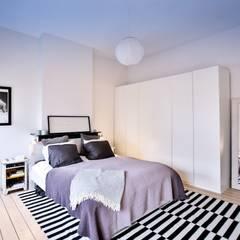 Renovación y ampliación de una casa unifamiliar en Bruselas: Dormitorios de estilo  de Isabel Gomez Interiors