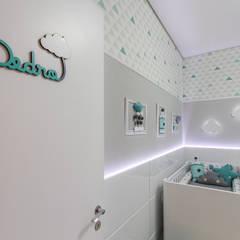 Dormitorios de bebé de estilo  por Samantha Sato Designer de Interiores,