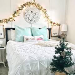 Camera da letto con addobbi di Natale: Camera da letto in stile  di Federica Rossi Interior Designer