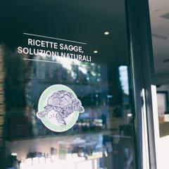 vetrina: Negozi & Locali commerciali in stile  di Federica Rossi Interior Designer