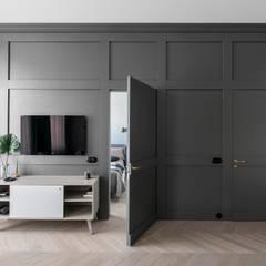 Wohnzimmer skandinavisch mit eingearbeiteter Wandtür:  Wohnzimmer von Baltic Design Shop