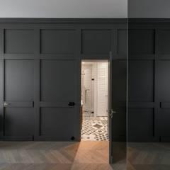 Wohnraum skandinavisch mit eingearbeiteter Wandtür:  Wohnzimmer von Baltic Design Shop