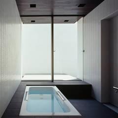 洋光台の家: 松岡淳建築設計事務所が手掛けた浴室です。,モダン