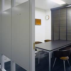小会議室-2: 松岡淳建築設計事務所が手掛けた書斎です。