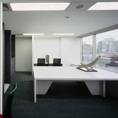 外部社員執務室 兼 リフレッシュスペース: 松岡淳建築設計事務所が手掛けた書斎です。
