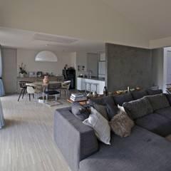 活動を育む器としての建築/木造トラス梁による大空間リビングルームのある3世帯住宅: JWA,Jun Watanabe & Associatesが手掛けたリビングです。