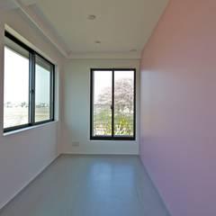 活動を育む器としての建築/木造トラス梁による大空間リビングルームのある3世帯住宅: JWA,Jun Watanabe & Associatesが手掛けた女の子部屋です。